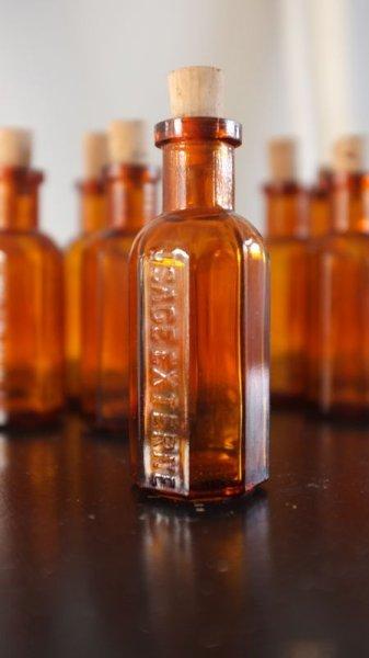 画像1: メディスンボトル(薬瓶) アンバーカラー 八角形 (1)